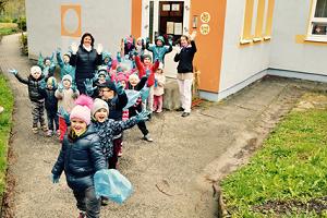 fotografie dětí s pytli na odpadky