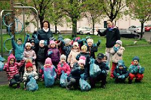 fotografie dětí s nasbíranými odpadky